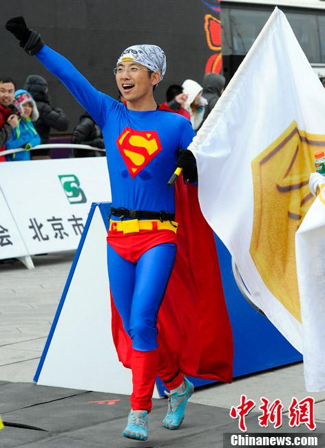 北京马拉松赛场百态:女超人来袭 裸跑男征婚(组图)