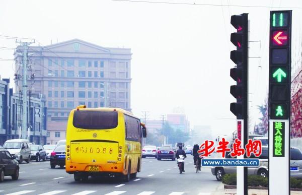 """多功能信号灯即墨""""上岗""""(图)"""
