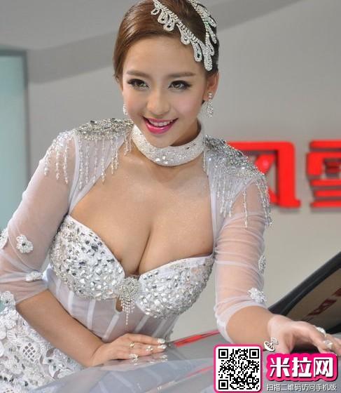 """广州车展""""孔雀女""""曹阳露点走红 昔日写真曝光(图)"""