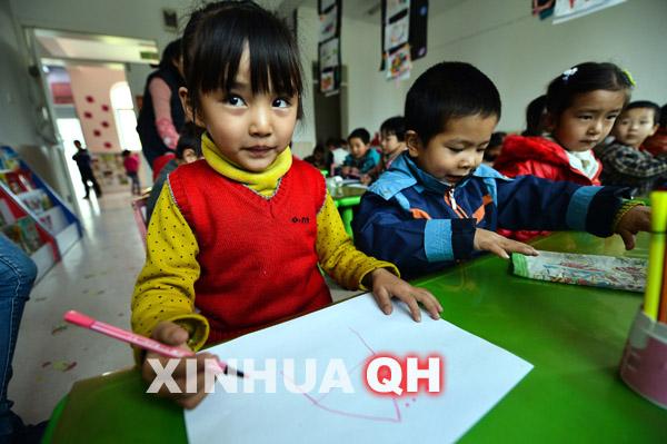 青海/11月15日,青海黄南州幼儿园的孩子在绘画课上画画。