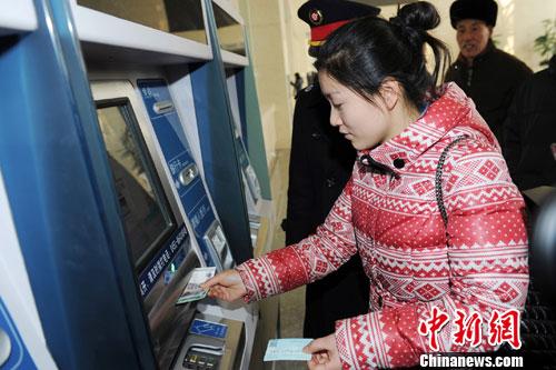 图为购票旅客在自助售票机上购买车票。中新社发 刘长山 摄