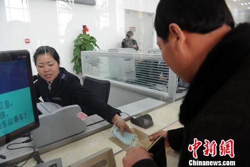 高铁/图为购票旅客在哈尔滨西客站售票大厅内购买高铁车票。中新社发...