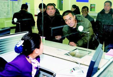 11月26日,旅客在迎泽大街售票大厅购买火车票。本报记者/郭成强/摄