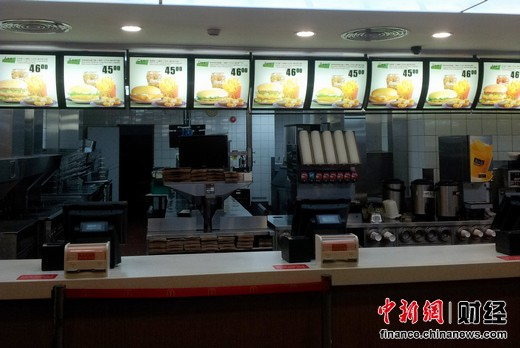 广州中国进出口商品交易会展馆地下的麦当劳餐厅里所有用于标示出售餐品的灯箱上只标出了售价45、46元的A、B、C、D四种套餐以及几种甜品,却未提及其他销售单品的价格。 中新网 王槊摄
