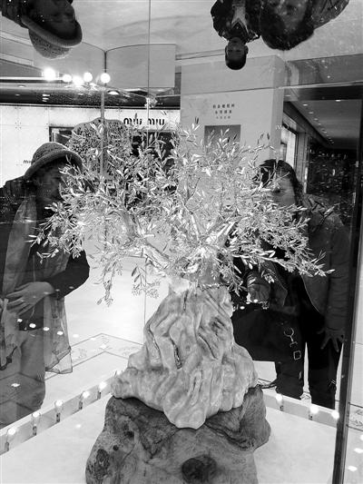钻石铂金橄榄树近日亮相杭州,它由3333克的铂金以及总重达366克拉、共计3003颗钻石完美组合,耗时2年打造而成。(资料图片)CFP供图