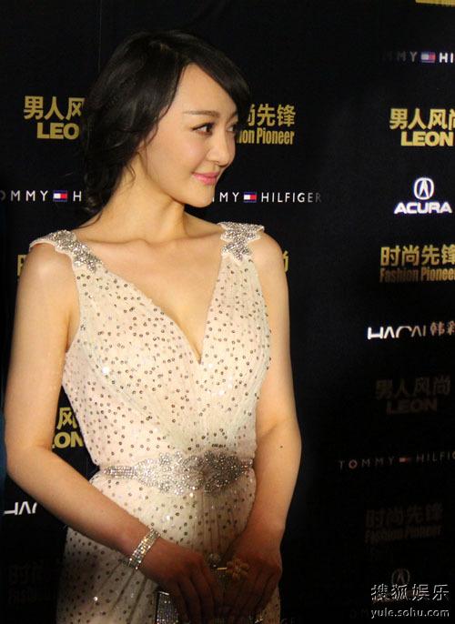 王紫潼亮相瑞丽时尚盛典 深v礼服展现优雅气质