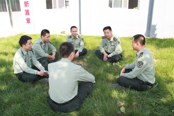 陈宏在与战士谈心交心