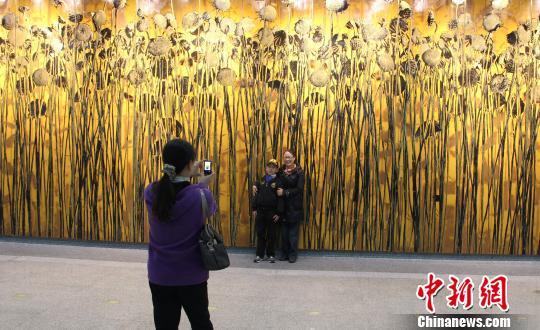 市民在《阳光·葵园》公共艺术墙前留影赵晔娇摄