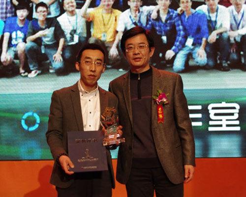 新闻出版总署科数司网络处处长张怀海与获奖团队代表合影