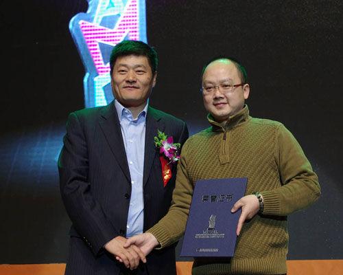 ChinaJoy组委会秘书长韩志海向获奖团队代表颁发证书