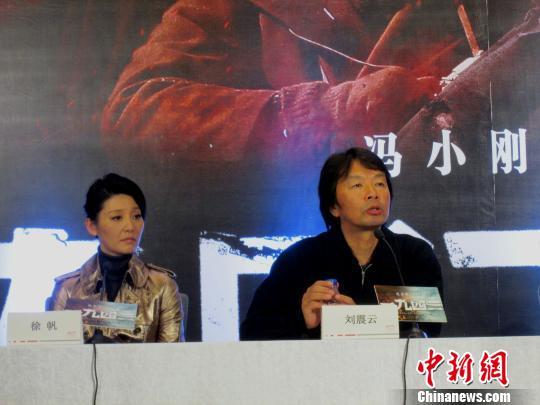 导演冯小刚(左)与主演张国立(右)等人亮相广州讲述《一九四二》背后的故事。 奚婉婷 摄