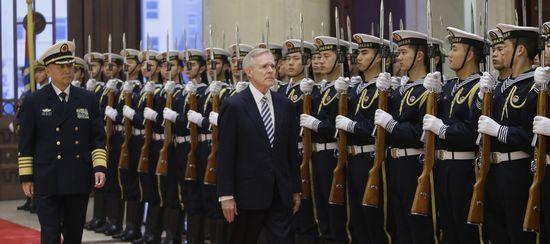 中国海军司令吴胜利27日举行仪式欢迎美国海军部长马伯斯.图片