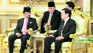 文莱苏丹哈桑纳尔27日在王宫设宴欢迎越南国家主席张晋创。截屏图