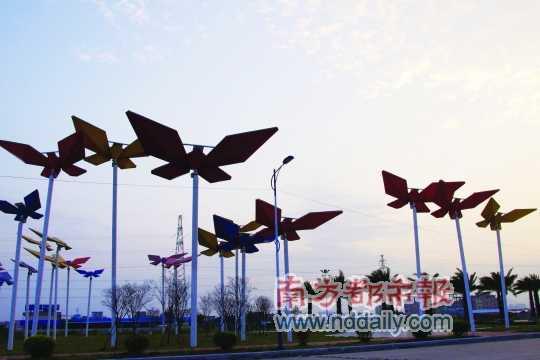 巨大的折纸蝴蝶造型雕塑.图片