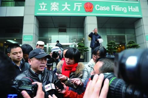 11月29日,结束约谈后,李庄接受记者采访新华社发
