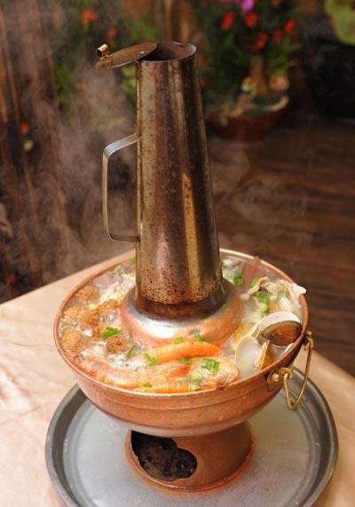 东北酸菜白肉老炭火锅