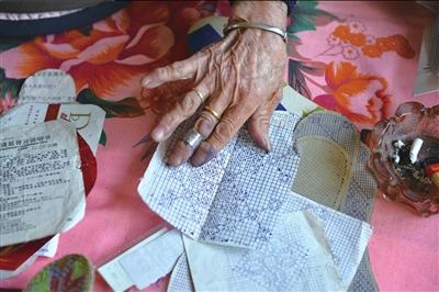 韩奶奶纳鞋垫前先用圆珠笔和尺子打上细密的小方格。