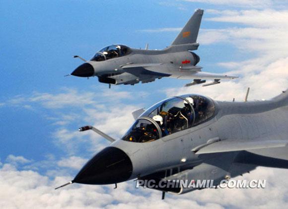 资料图:中国空军歼-10战机正在进行飞行训练。