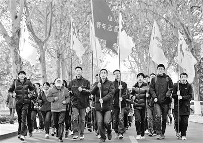 """山东大学三百多名志愿者用跑步的方式代表向""""零""""艾滋迈进记者刘天麟摄"""