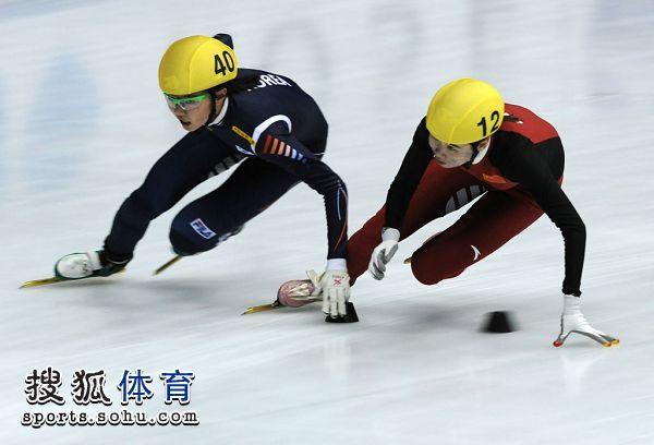 图文:短道速滑世界杯日本站 孔雪在比赛中