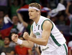 祖潘是欧洲职业篮坛首位聋人球员.童年时代,祖潘都在聋哑学校