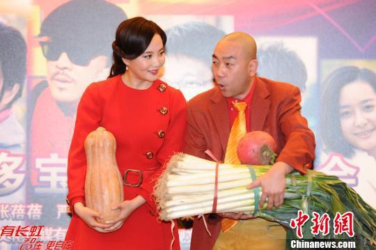 图为出演夫妻档的陶红、杨议。中新社发 李学仕摄