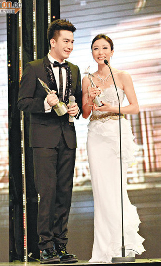 马国明最后一刻赶到现场,与杨怡在台上分享初夺视帝视后的感受