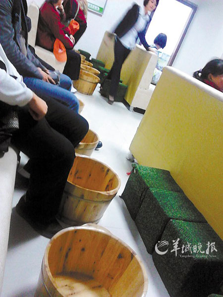 湖南导游将游客关房间内强制推销:谁也不能走