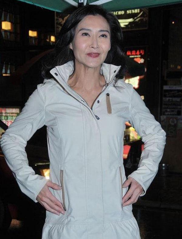 龙虎娱乐讯 移居美国多时的息影女星叶玉卿,应邀回港客串贺岁电影