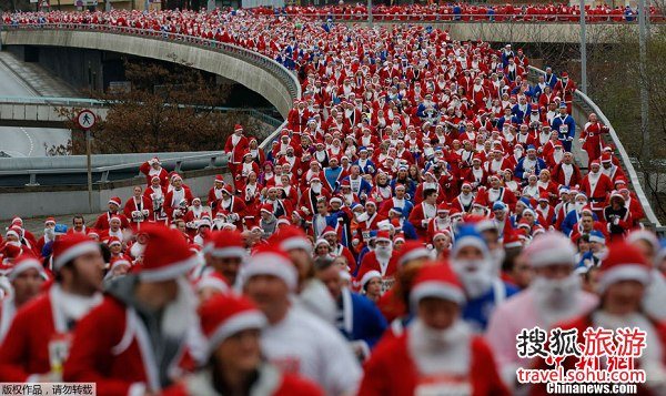 逾8000圣诞老人齐聚利物浦:义跑为慈善