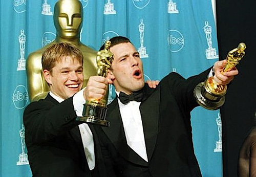 1998年的奥斯卡颁奖礼上,获得最佳原创剧本奖的本-阿弗莱克和马特-达蒙欣喜若狂