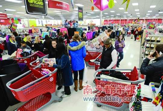 """感恩节到圣诞节期间是美国的购物旺季,各地商场疯狂打折。""""海淘""""兴起,中国消费者已不再隔岸观火。CFP供图"""