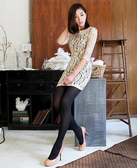 蕾丝半透明的连衣裙,隐隐约约的美感最诱人,黑色丝袜又是广大男人的最