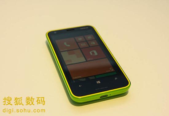 诺基亚920待机_诺基亚Lumia 620真机试玩:多彩风格低价成卖点-搜狐数码