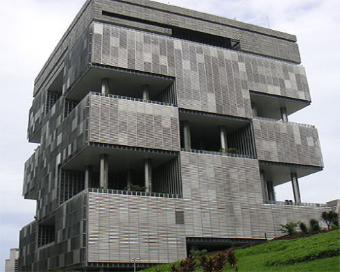 而建筑外表的横木板更是让人产生建筑物已破裂的错觉. (责任编辑