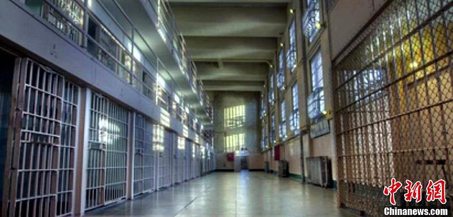 巴西囚犯墙上打洞越狱 肚子太大被卡(组图)