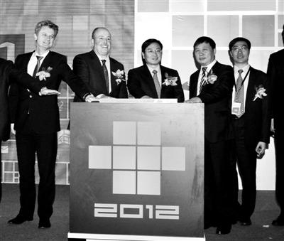 昨日,微软中国区总裁贺乐赋(左一)和联通总裁陆益民(中)与其他合作伙伴共同启动Windows产业联盟。