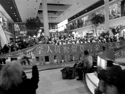 当地时间12月5日下午,近百名中国留学生突然出现在百货商店演出《红高粱》快闪。供图/腾讯文化