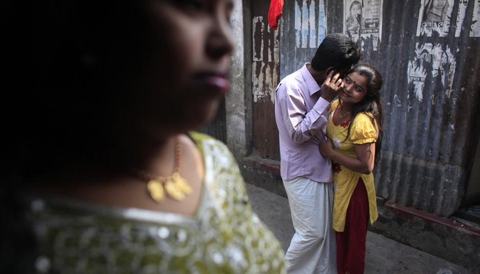 孟加拉国/当地时间2012年3月5日,孟加拉国东北部城市坦盖尔,一名嫖客与...