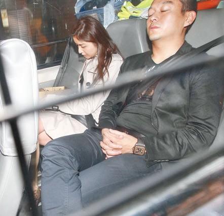 黄浩与徐淑敏乘警车到中区警署。