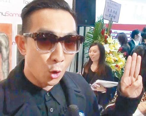 李璨琛竖起三只手指发誓没有做过吸毒的事。