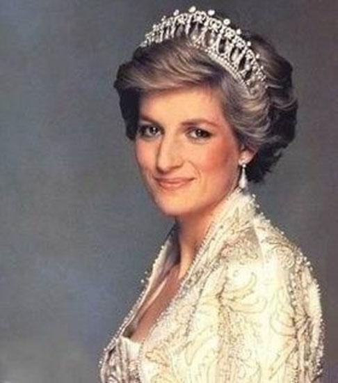 亦是威廉王子和哈里王子的亲生母亲.1987年6月,戴安娜将她所拍