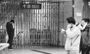 在国贸站,一些乘客遇阻。晨报记者 李木易/摄