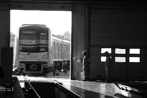 地铁10号线万柳车辆段,维修人员正在等待测试车辆回库检修。 晨报记者 王巍/摄