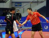 图文:乒联总决赛男单决赛 双方握手致意