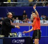 图文:乒联总决赛男单决赛 许昕致意观众