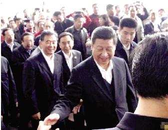 在深圳市莲花山,习近平与现场群众握手