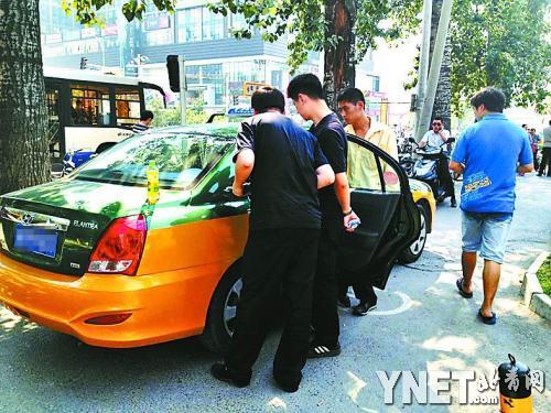 警方调查小徐曾坐过的出租车。