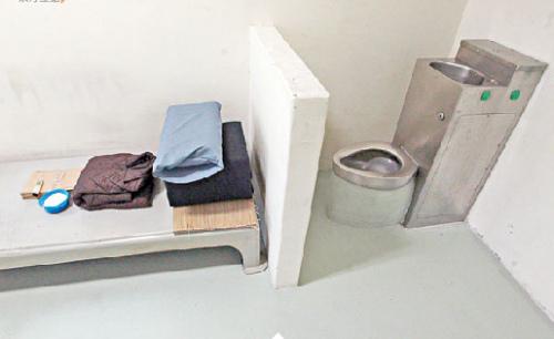 """""""水饭房""""内有独立坐厕,以不锈钢制造。"""