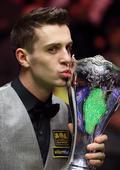 图文:英国锦标赛塞尔比夺冠 塞尔比亲吻奖杯